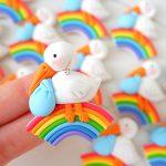 Bomboniera fatta a mano artigianale, cicogna animali kawaii bambini battesimo - nascita - babyhower, arcobaleno, maschio, personalizzate in fimo