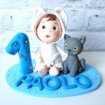 cake topper personalizzato in fimo fatto a mano artigianale, bimbo bambino gatto, compleanno - nascita - battesimo statuina torta