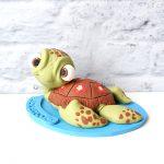 cake topper personalizzato in fimo fatto a mano artigianale, tartaruga marina guizzo alla ricerca di nemo , battesimo - compleanno - statuina torta