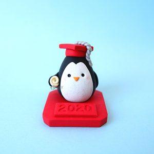 Bomboniera fatta a mano artigianale, pinguino laureato con tocco kawaii, personalizzata in fimo, laurea