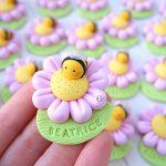 Bomboniere magnete fatte a mano artigianali, fiore e ape, margherita, apetta kawaii, nascita bambina bambino- battesimo - comunione - compleanno - personalizzate con nome in fimo