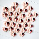 Bomboniere magnete laurea piedini bambini con cappellino tocco- laurea ostetricia, infanzia - personalizzate in fimo