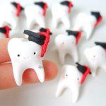 Bomboniere kawaii laurea, magneti, odontoiatria, igiene dentale, denti sorridenti kawaii, tocco cappello laurea, personalizzate in fimo, dentista