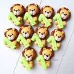 Bomboniere fatte a mano artigianali, leone leoncino kawaii con numero 1, personalizzate in fimo a tema savana, nascita bambino - battesimo - comunione - primo compleanno - personalizzate con nome