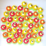 Bomboniere magneti fatte a mano artigianali, fiore margherita ape laureata con corona d'alloro, sorriso kawaii, personalizzate in fimo con nome, laurea agraria, tecnologie agrarie, scienze biologiche botanica