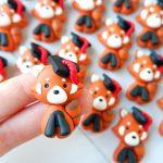 Bomboniere magneti fatte a mano artigianali, animali laureati panda rosso kawaii con tocco cappellino da laurea, personalizzate in fimo